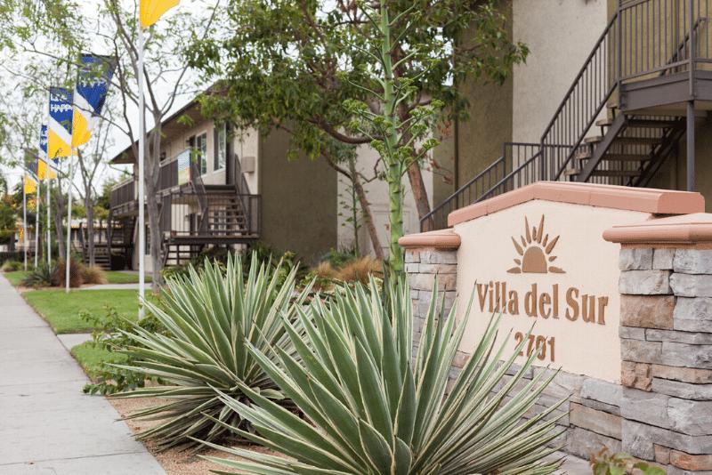 Villa del Sur sign with landscaping